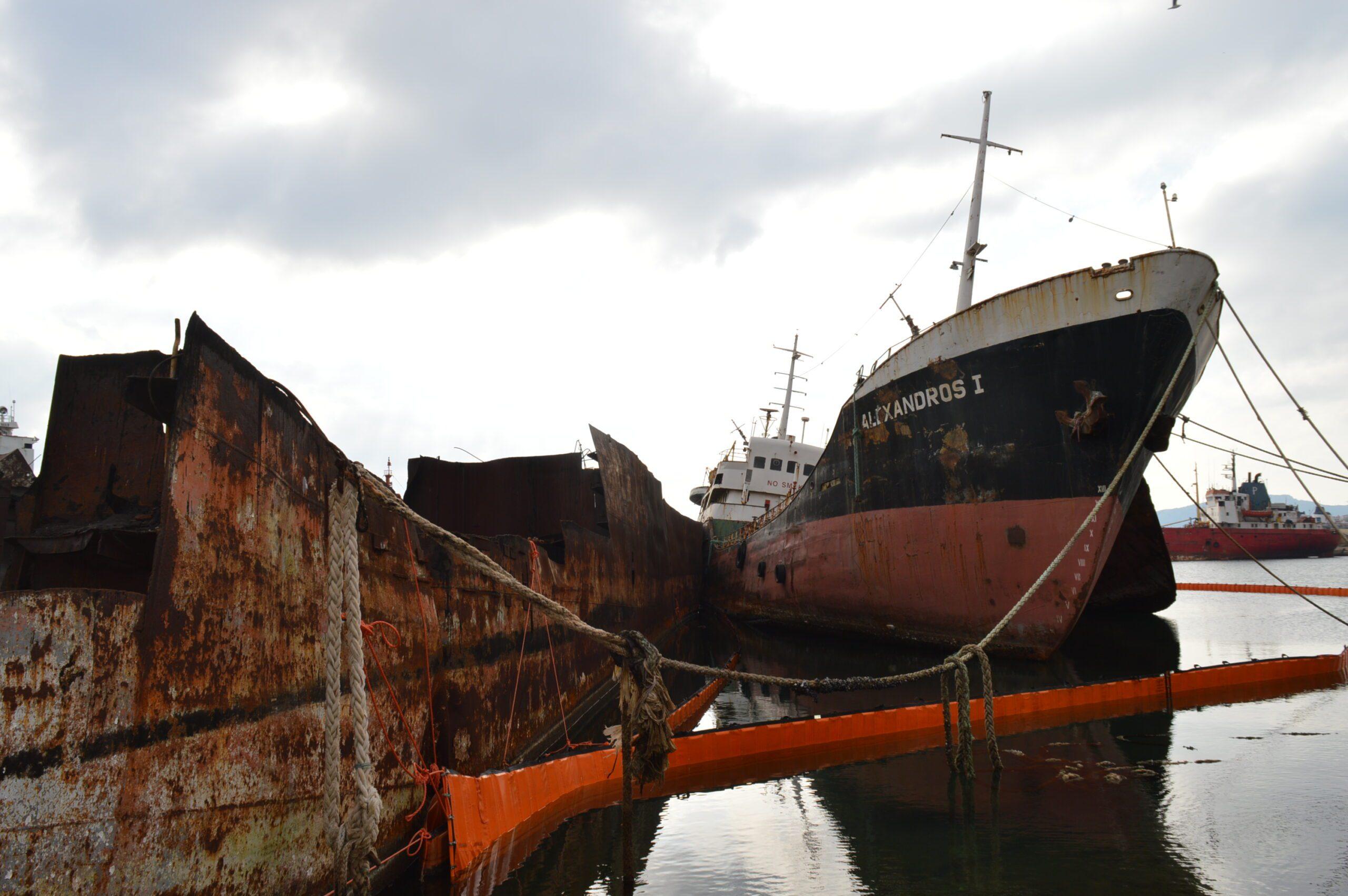 You are currently viewing Τα τρία πιο επικίνδυνα πλοία-ναυάγια απομακρύνονται άμεσα από την Ελευσίνα