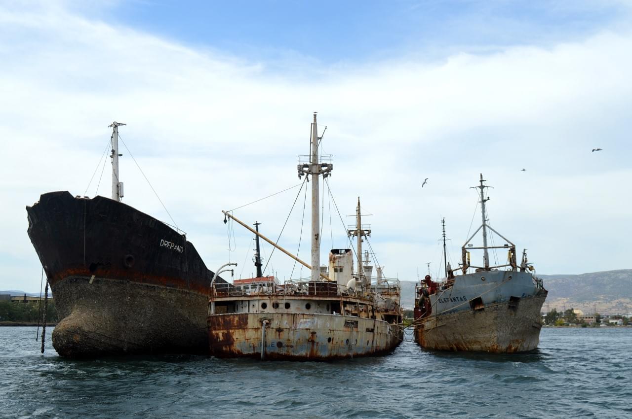 Σε εξέλιξη εργασίες ανέλκυσης ναυαγίων για την απομάκρυνση τους από τον κόλπο της Ελευσίνας