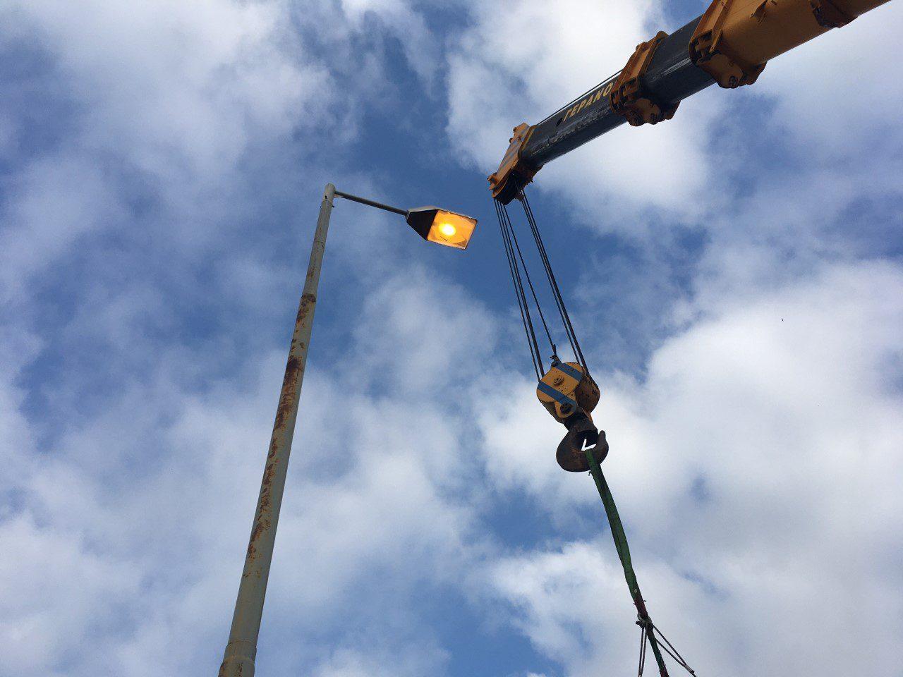 """Σε εξέλιξη το έργο αλλαγής ηλεκτροφωτισμού στη ΧΖΛ Ελευσίνας – Περατώθηκαν εργασίες για την επάρκεια φωτισμού στην περιοχή """"Κρόνος"""""""